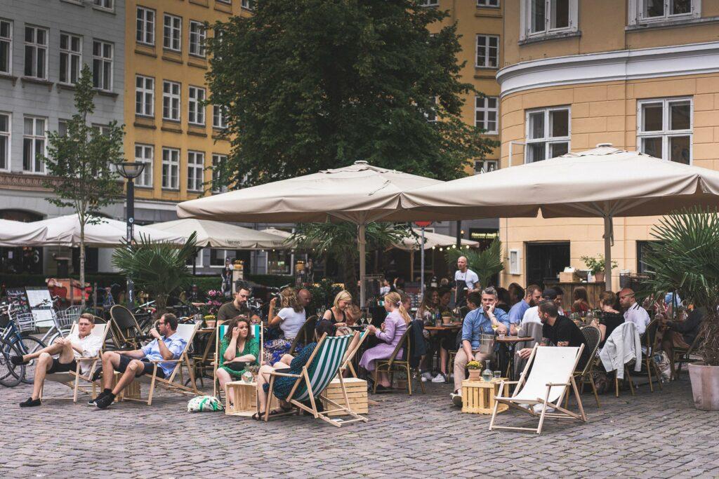 Mennesker sidder på café i København K