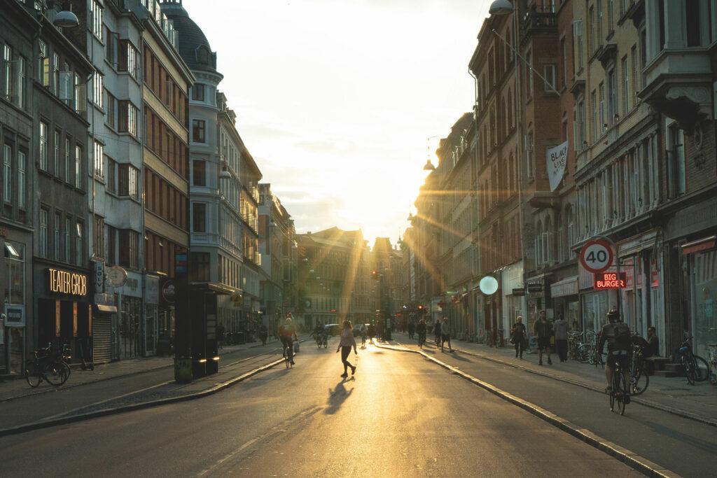Nørrebrogade med mennesker og sol