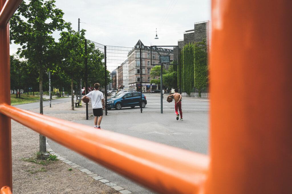 Drenge spiller basketball på Nørrebro