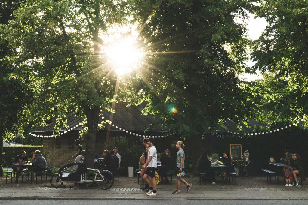 Mennesker går i solen på Stefansgade på Nørrebro
