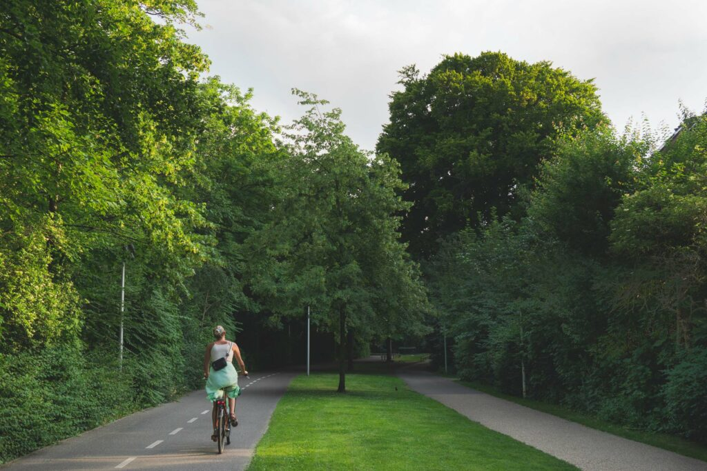 Pige cykler på den grønne sti på Frederiksberg