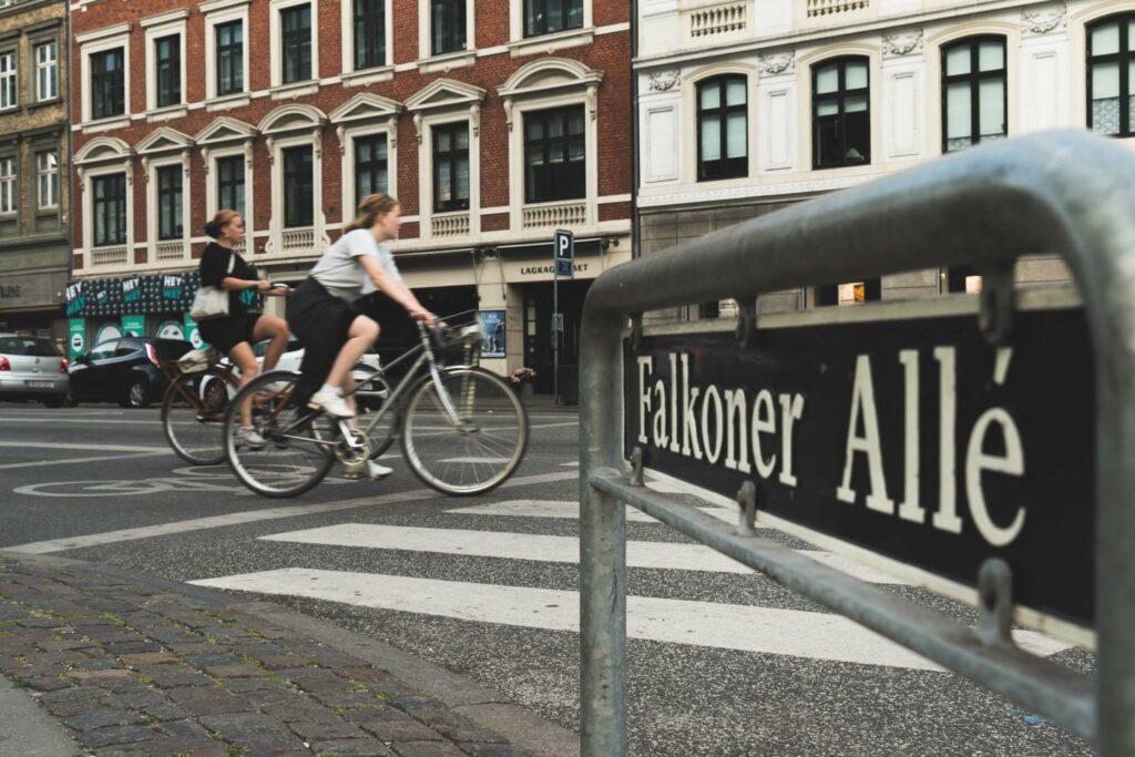 Folk cykler på Falkoner Allé på Frederiksberg