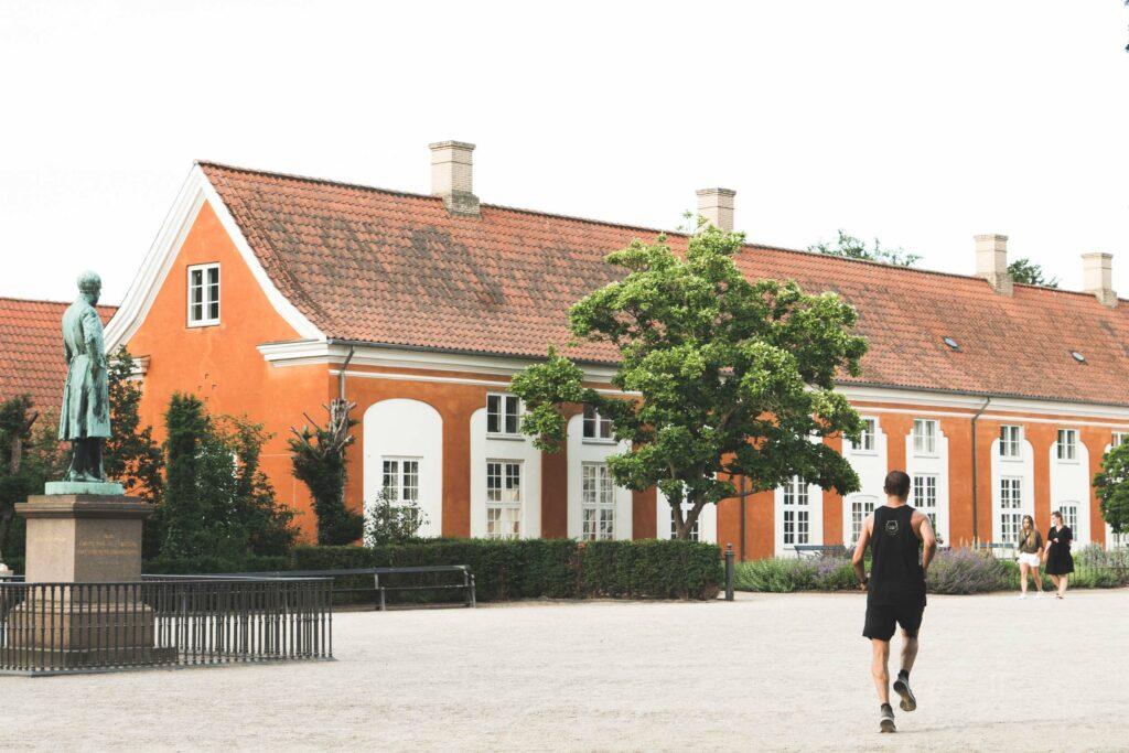 Mand løber i Frederiksberg Have