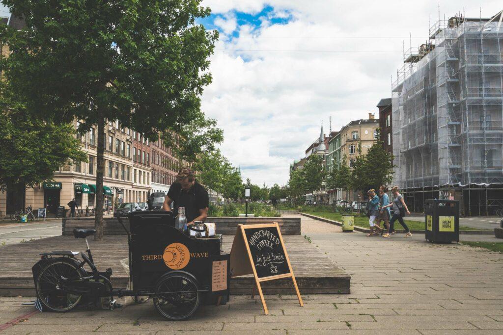 Mand laver kaffe på Sønder Boulevard på Vesterbro