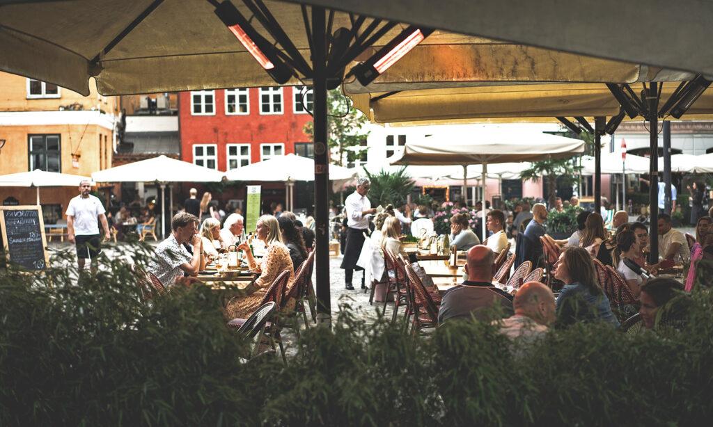 Personer spiser på restaurant i København K